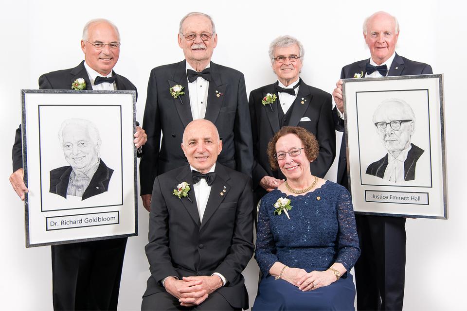 Le Dr Michel Chrétien (Photo: deuxième à partir de la gauche dans la rangée arrière), professeur à la Faculté de médecine d'uOttawa et chercheur principal émérite à l'Institut de recherche de l'hôpital d'Ottawa est l'un des six intronisés au Temple de la