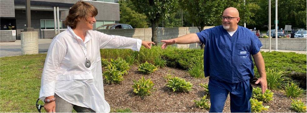 La Dre Marie-Hélène Chomienne se tient devant l'Hôpital Montfort avec Paul Shean, membre du personnel de nettoyage de l'hôpital.