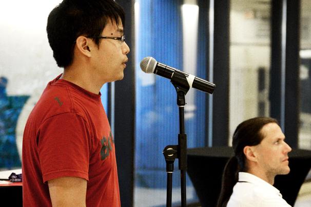 Un étudiant qui parle dans un microphone