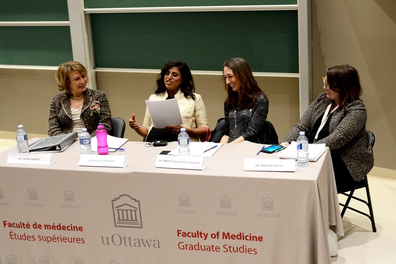 Dre Mona Nemer, Larissa Shamseer, Dre Marie-Hélène Roy-Gagnon et Dre Kristin Baetz assis à une table.