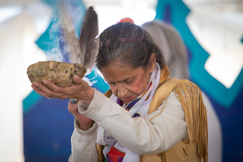 L'aînée algonquine Annie Smith St-Georges débute la célébration avec une bénédiction.
