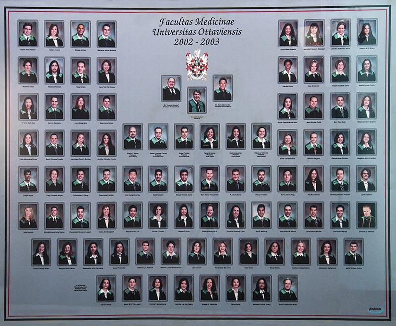 Une photo de la promotion 2003 du programme MD de la Faculté de médecine de l'Université d'Ottawa – la promotion de la Dre Fric