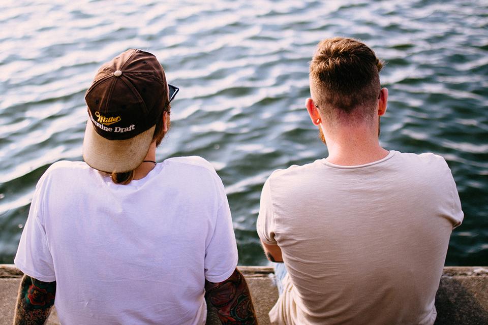 Deux hommes sur un quai