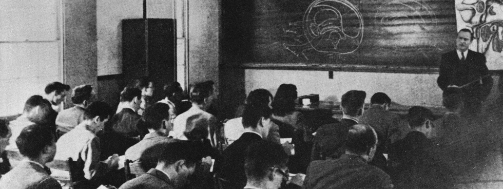 A black and white photo of an early anatomy class at the Faculty of Medicine.