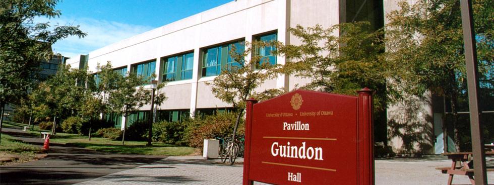 L'extérieure du pavillon Roger Guindon / The exterior of Roger Guindon Hall
