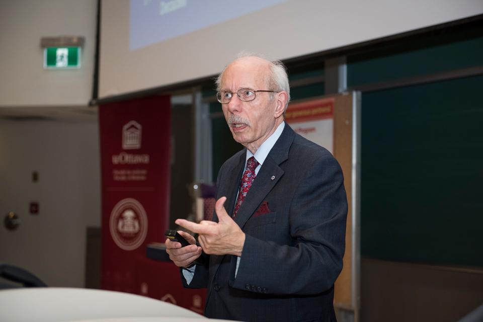 Dr Antoine Hakim, lauréat du prix Gairdner et professeur émérite de la Faculté de médecine de l'Université d'Ottawa s'adresse à un auditoire au sujet de la prévention des AVCs et de la démence dans le cadre de la série de conférences