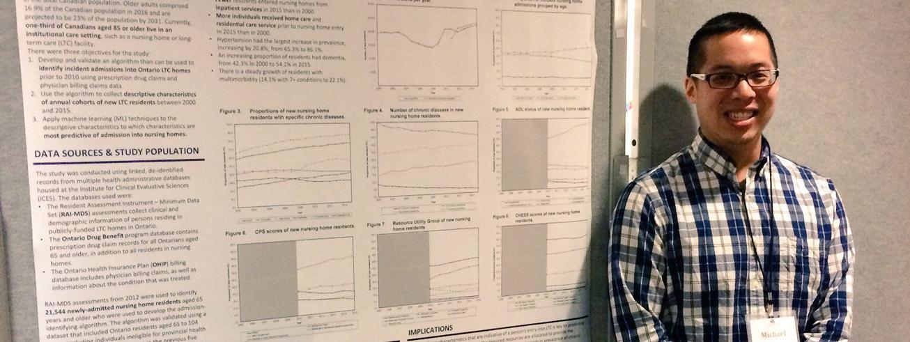 Michael Ip devant son affiche de recherche