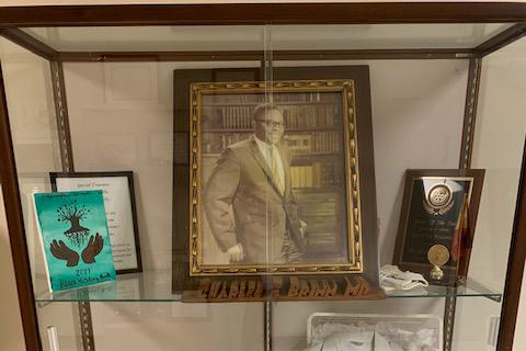 Une photo d'une vitrine où est exposée une photo encadrée du Dr Charles Brimm.