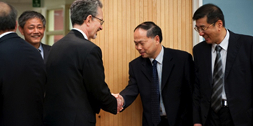 Delegates from Shanghai Jiao Tong University visit the Faculty of Medicine (hand shake with the dean)