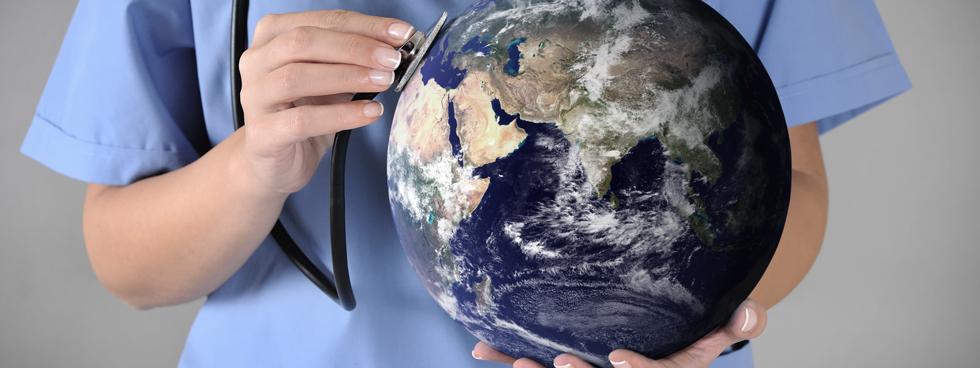Un travailleur de la santé tenant un stéthoscope à un globe