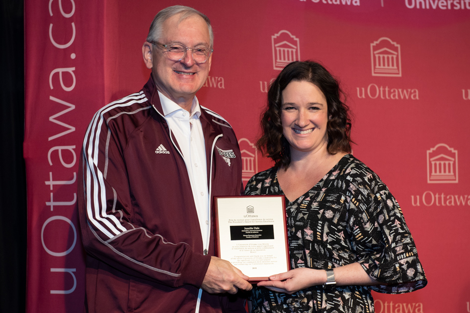 uOttawa President and Vice-Chancellor Jacques Frémont presents Faculty of Medicine employee Jennifer Dale with a President's Award for Service Excellence at the 2019 Founders' Breakfast