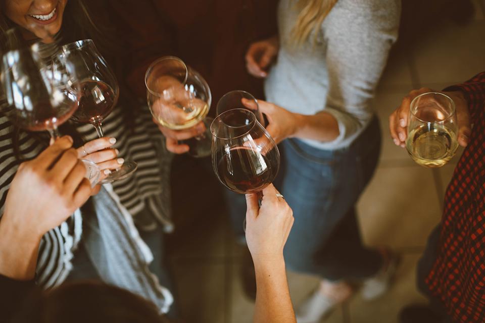 femmes tenant des verres d'alcool