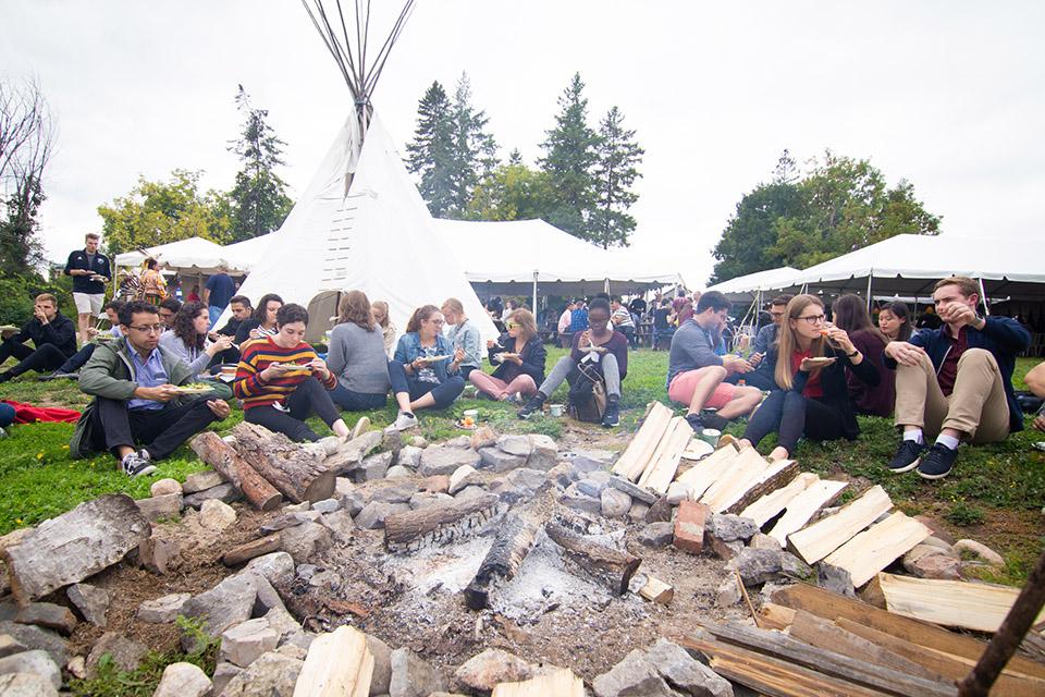 Des étudiants se réunissent autour du feu sacré pour le dîner.
