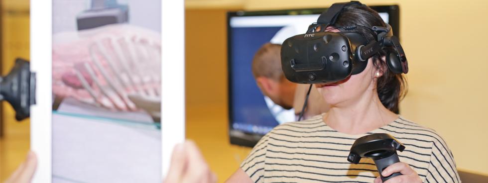 Laura Bertrand, chargée de projets, Université de Lyon utilise l'appareil HTC Vive pour explorer un cadavre virtuel.