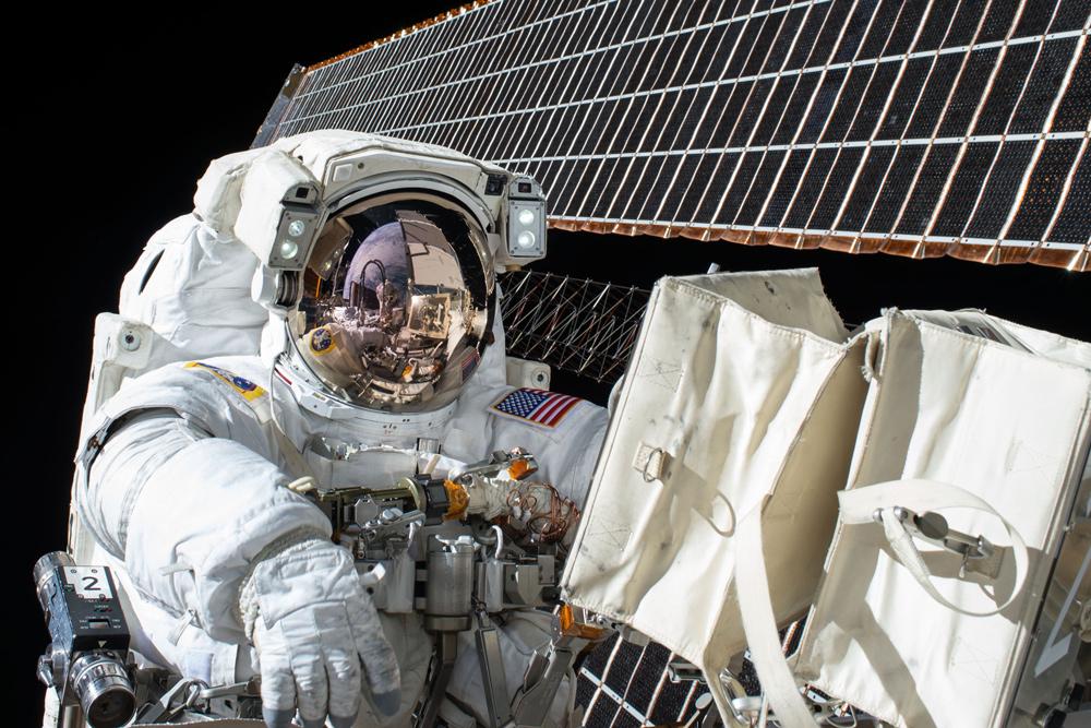 astronaute en promenade spatiale