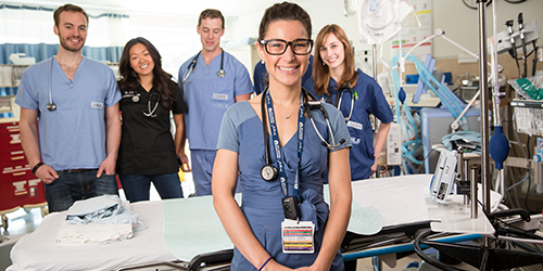 Résidents en Médecine d'urgence dans la salle d'opération.