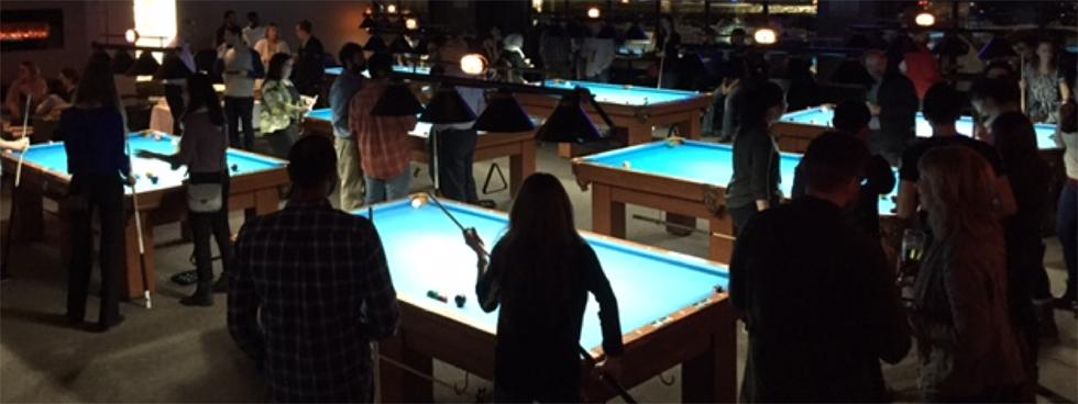 Salle de billard sombre avec plusieurs tables de billard