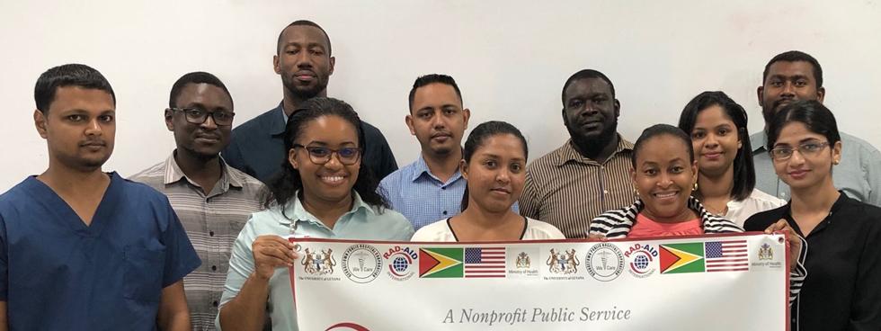 Onze résidents en radiologie de Guyane debout dans un groupe