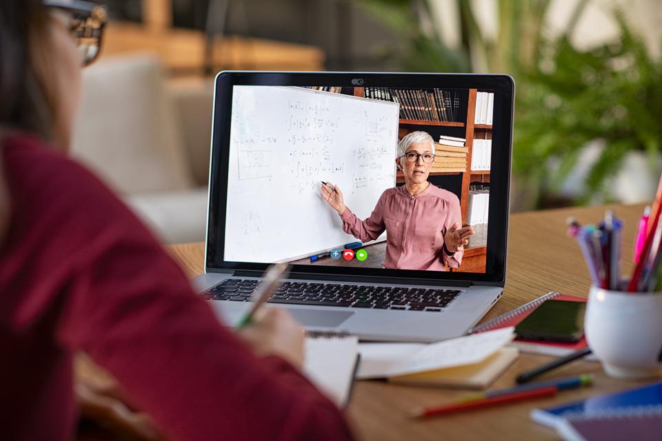 Position de yoga en face d'un ordinateur portable lors d'une séance de yoga