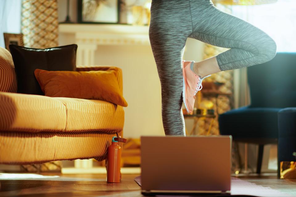 Posture de yoga en face d'un ordinateur portable lors d'une séance de yoga