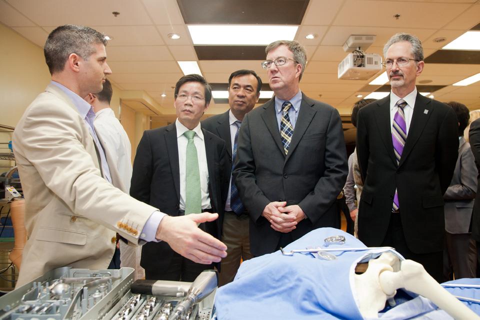 Le Dr Guoqiang Chen de la SJTUSM (un partenaire affilié avec le Sixth People's Hospital de Shanghai), le maire d'Ottawa Jim Watson et le Dr Jacques Bradwejn de la Faculté de médecine de l'uOttawa visitent le Centre de compétences et de simulation de l'uOt