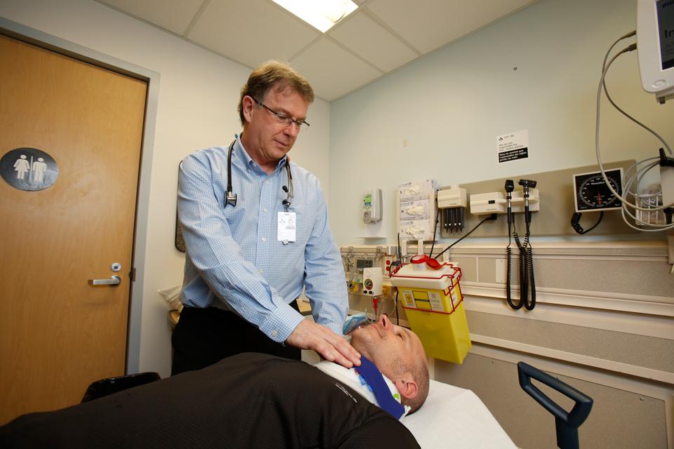 Dr Ian Stiell dans une chambre d'hôpital.