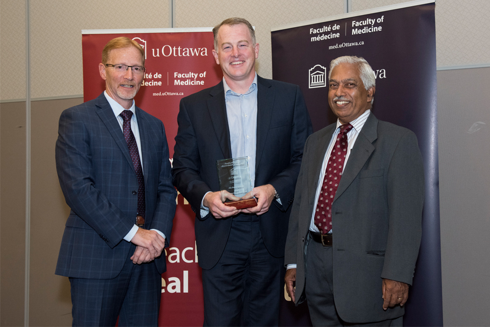 Photo of Dr. David Grimes winning the 2017 Lifetime Achievement Award at uOttawa Faculty of Medicine Homecoming.