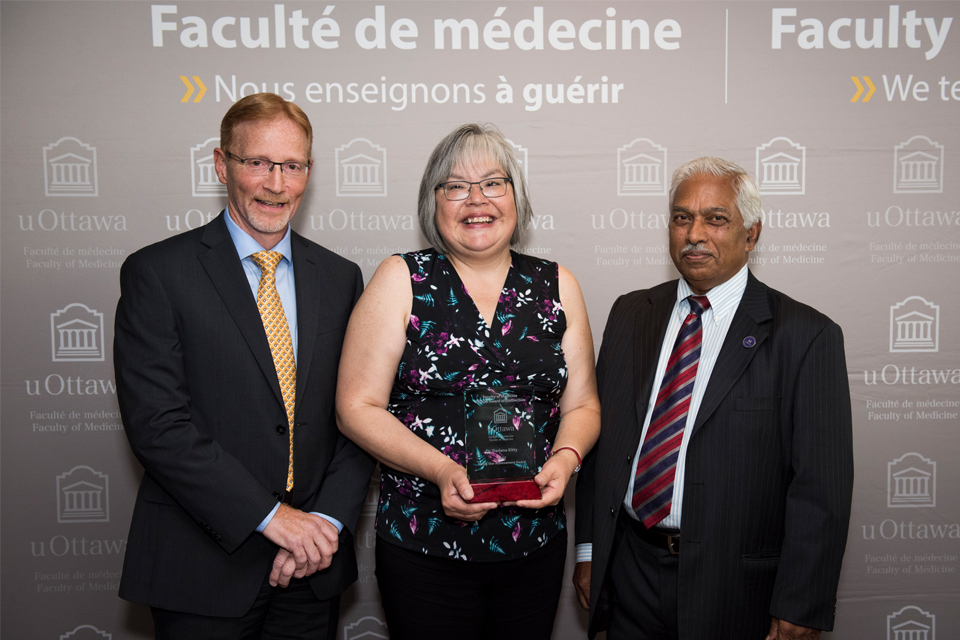 Photo of Dr. Darlene Kitty winning the 2017 Rising Star Achievement Award at uOttawa Faculty of Medicine Homecoming.