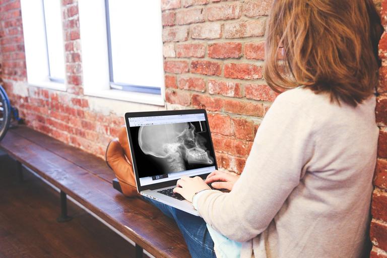 Étudiante regardant une image d'un crâne sur un ordinateur portable