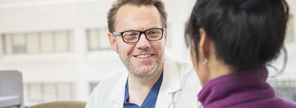 Photo d'un médecin parlant avec un patient