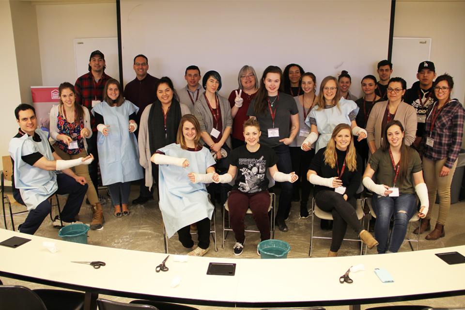 Photo des participants au mini-cours de médecine « Venez marcher dans nos mocassins » de la Faculté de médecine de l'Université d'Ottawa.