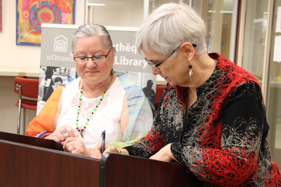 Photo of the signing ceremony between the National Aboriginal Health Organization (NAHO) and uOttawa Library.