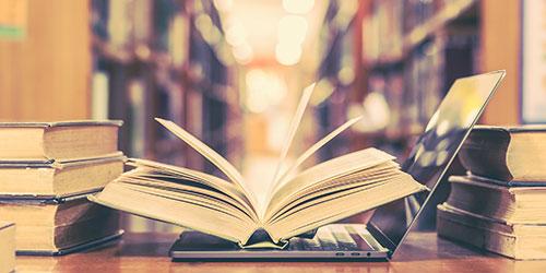 Livres et ordinateur portable dans une bibliothèque