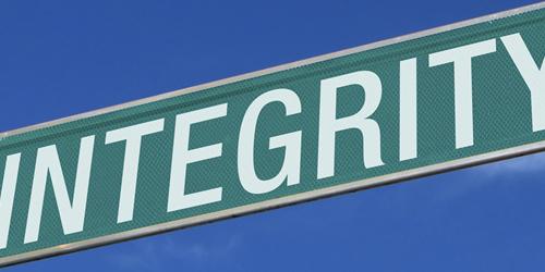 Intégrité écrit sur une plaque de rue
