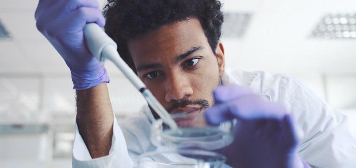 Jeune scientifique travaillant dans un laboratoire