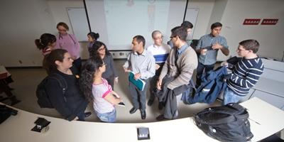 Un enseignant parle à un groupe d'étudiants