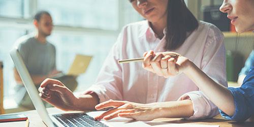 Equipe travaillant sur un projet, devant un ordinateur portable