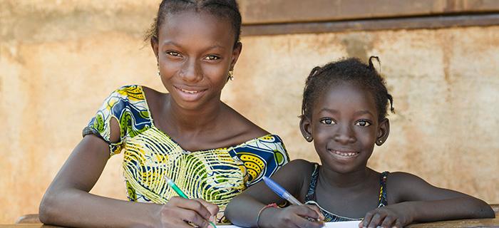 École pour les enfants africains - Couple souriant tout en écoutant